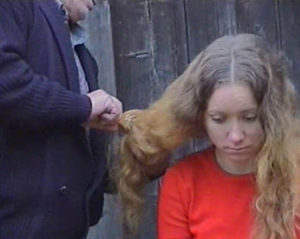 """""""lubię bawić się lalą"""", performance dokamerowy Angelika Fojtuch, 02min., ASP, Gdańsk 2002, fot. Fojtuch"""