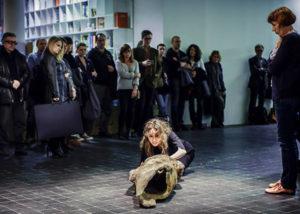 """""""Wyprowadzona"""", performance Angelika Fojtuch, 27 min., Pauline Boty i Pop Art, Muzeum Sztuki, Łódź 2014, fot. A. Taraska-Pietrzak"""
